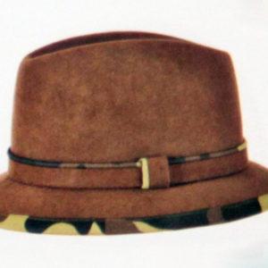Капелюх для полювання з вузькими полями і пояском з фетру обробленими камуфляжною тасьмою